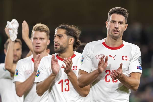 Fabian Schär (ganz rechts) und seine Teamkollegen applaudieren den mitgereisten Schweizer Fans. Zufriedenheit sieht anders aus.