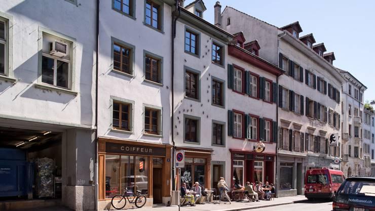 Die Altstadthäuser an der Rheingasse sind gut erhaltene Beispiele des für die Gründungsstadt Kleinbasel charakteristischen Gebäudetyps. Die Grundstrukturen auf schmalen und sehr tiefen Parzellen reichen bis in die Entstehungszeit Kleinbasels zurück. Die Häuser waren durch Wirtschaftsgebäude und Gartenflächen ergänzt und wurden erst später unter einem Dach zusammengefasst. Sowohl beim Blauen Stein als auch beim Blauen Spiess sind diese ursprünglichen Gebäudeteile noch gut erkennbar. Die 1363 erstmals urkundlich erwähnten Häuser waren über Jahrhunderte im Besitz von Hafnern und Bäckern. Führungen um 11, 14, 15.30 Uhr, Anmeldung beim Infostand am Claraplatz