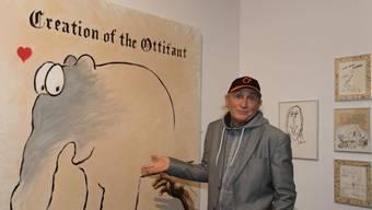 Der Komiker und Zeichner Otto Waalkes zeigt in seiner Ausstellung in Rust eines seiner mit Ostfriesentee grundierten Bilder.