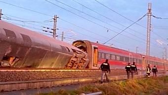 Bei der Entgleisung eines Schnellzugs in Norditalien sind mindestens zwei Menschen ums Leben gekommen, etwa 30 weitere wurden verletzt.