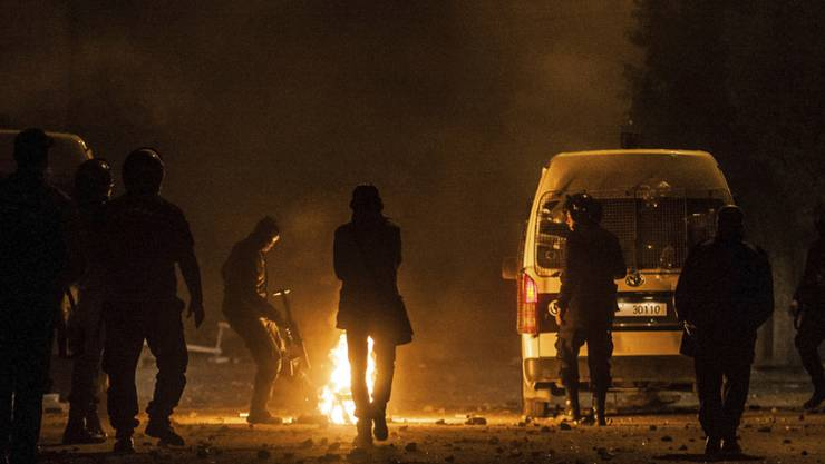 Polizei und Demonstrierende in Tebourba westlich der Hauptstadt Tunis.