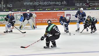 Der dreifache Torschütze Devin Muller (r.) kämpft, beobachtet von Marc Grieder, um den Puck.