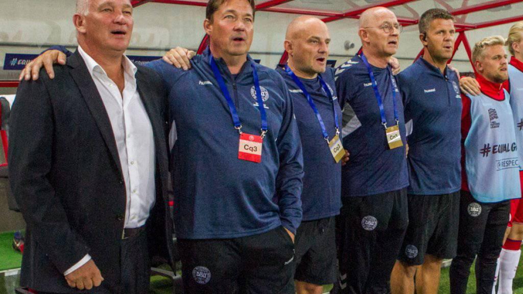 Das dänische Ersatzteam steht zur Nationalhymne stramm