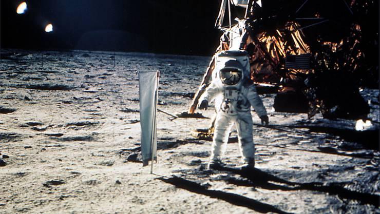 Edwin Buzz Aldrin stellt am 20. Juli 1969 auf dem Mond das Forschungsinstrument der Universität Bern auf, zur Erforschung des Sonnenwinds. Im Hintergrund ist die Mondlandefaehre 'Eagle' zu sehen.