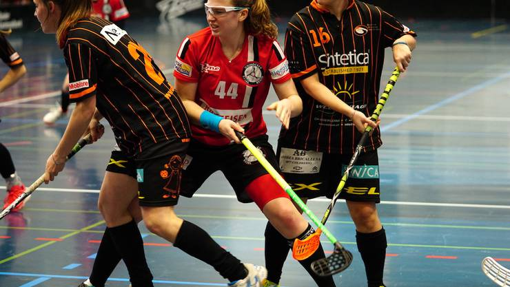 U19-Nationalspielerin Nina Gerber (#44 ) im Kampf um den Ball, im Unihockeyspiel der Damen NLB zwischen Unihockey Basel Regio und SU Mendrisiotto  on Saturday, 17. November 2018 (TOPpictures/Gino Guenzburger)