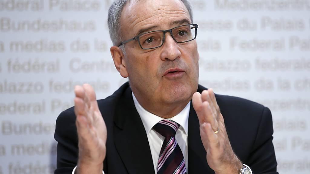 Bundesrat Guy Parmelin setzt sich für die Lehrlinge ein, die es in der wirtschaftlich schwierigen Lage aufgrund der Coronakrise schwer haben. (Archivbild)