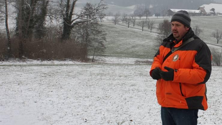 Ranger-Chef Peter Lakerveld sondiert den Eichenhain auf dem Wildenstein. Im Hintergrund liegt Hof Wildenstein.