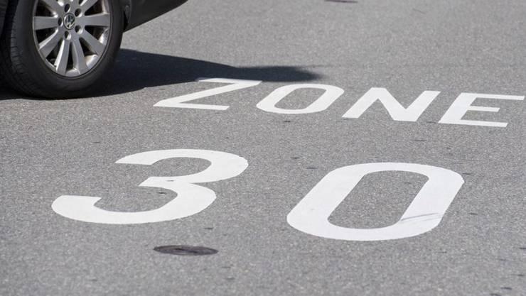 Tempo 30 im Gebiet des Schulhauses Reitmen würde sowohl die Unfallgefahr als auch die Lärmemmissionen reduzieren, schreibt der Schlieremer SP-Gemeinderat Mergim Dina. (Symbolbild)