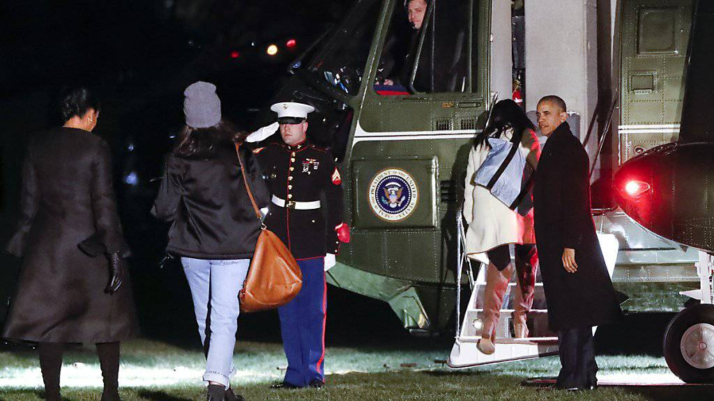 US-Präsident Barack Obama mit seinen beiden Töchtern und Ehefrau Michelle vor dem Abflug nach Hawaii.