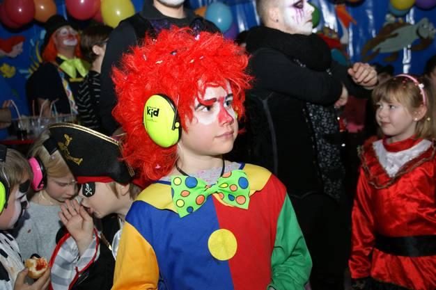 Viele Kinder tragen während der Auftritte der Guggenmusiken einen farbigen Gehörschutz.