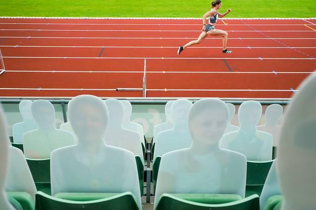 Lea Sprunger hat bereits Erfahrungen mit Wettkämpfen vor leeren Rängen. Beim Meeting in Oslo im Frühling waren nur Pappfiguren im Stadion.