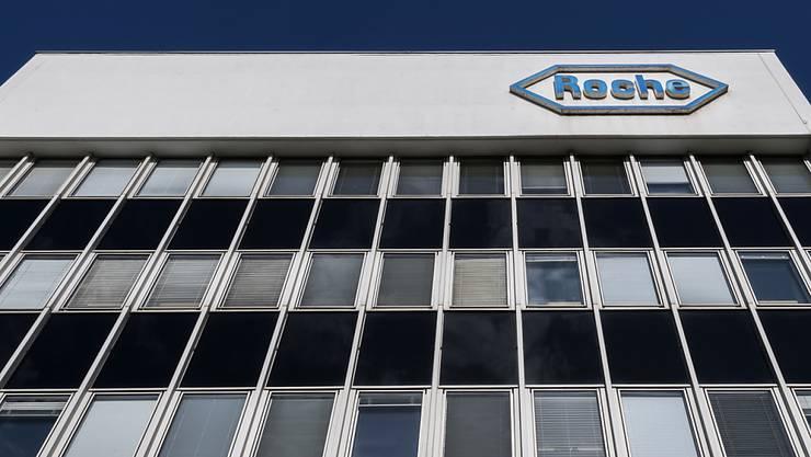 Der Pharmakonzern Roche ist auch in der ersten Jahreshälfte 2019 weiter gewachsen. Im Bild: Ein Gebäude der Firma in Basel. (Archivbild)