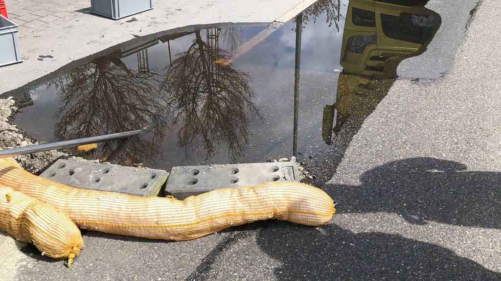 Behälter auf Lastwagen beschädigt: 500 Liter Flüssigkeit ausgelaufen