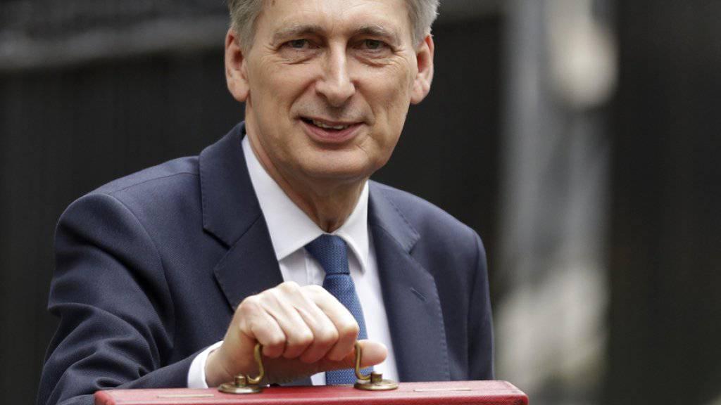 Schatzkanzler Philip Hammond posiert am Mittwoch auf dem Weg zum Parlament mit der traditionellen roten Budget-Box.
