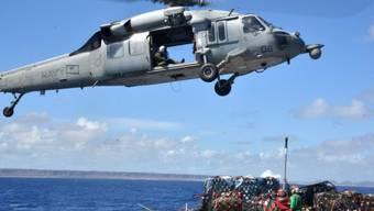 Ein Helikopter der US-Marine beim Hilfseinsatz auf den Philippinen