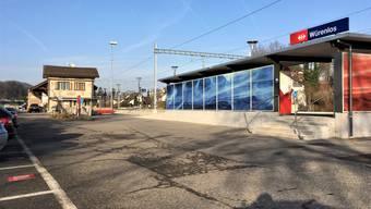Heute ein eher trostloser Anblick: Der Bahnhof Würenlos – im Hintergrund das alte Stationsgebäude von 1877. Die neue «Landi» soll links dahinter gebaut werden.