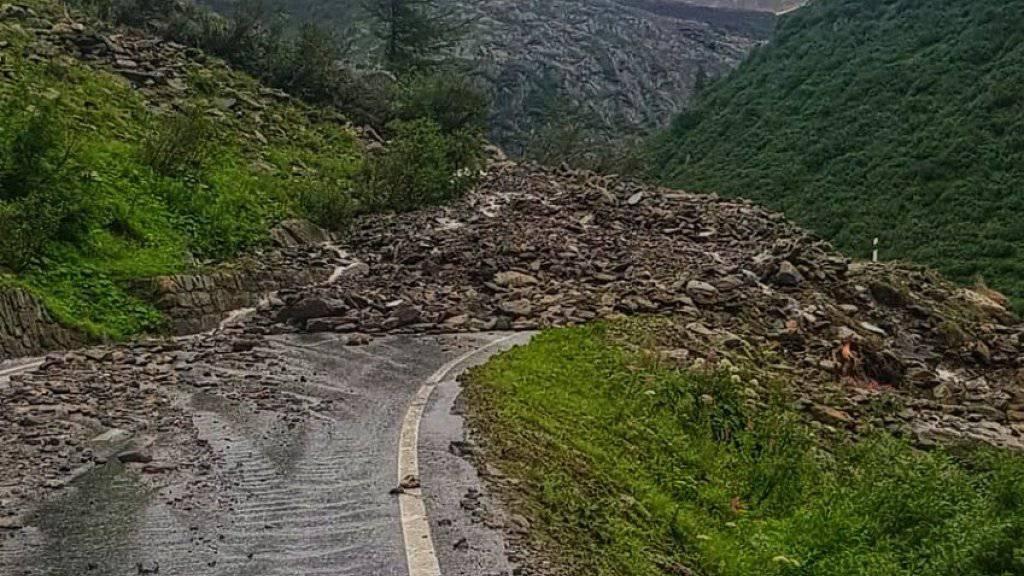 Der starke Regen führte auch auf der Walliser Seite des Nufenenpasses zu einem Erdrutsch, der die Passstrasse verschüttete.