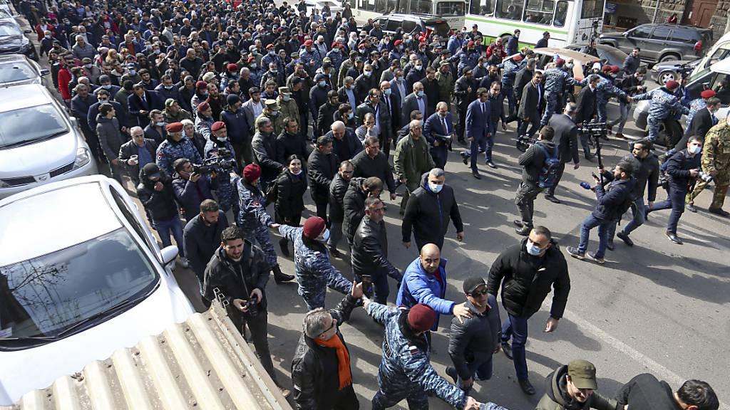 dpatopbilder - Nikol Paschinjan (M,vorne), Ministerpräsident von Armenien, kommt umgeben von seinen Anhängern am Platz der Republik an. Mitten in einer innenpolitischen Krise hat das Militär der Südkaukasusrepublik Armenien den Rücktritt von Regierungschef Nikol Paschinjan gefordert. Foto: Stepan Poghosyan/PHOTOLURE/AP/dpa