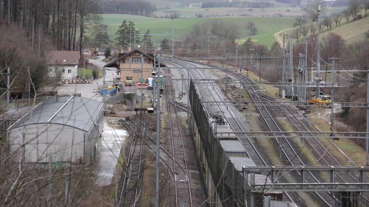 Station Effingen: Im Februar 2016 stand das ehemalige Militärgebäude (l.) noch.