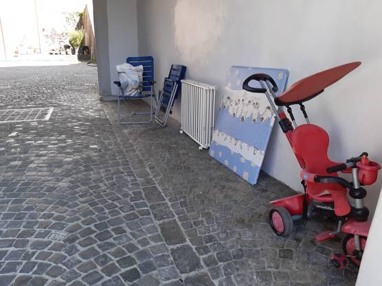 """""""Zum Mitnehmen"""": Unter dem Haldentor werden durchaus brauchbare Gegenstände abgestellt..."""