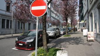 Damit der Veloverkehr über die Westbahnhofstrasse auch in Richtung Amtshausplatz zirkulieren kann, müssen diese zwölf Parkplätze weichen. Sechs davon sollen zwischen den Bäumen aufs Trottoir verlegt werden. Trotzdem rechnet die Stadt mit Parkgebühren-Verlusten von jährlich 40 000 Franken.
