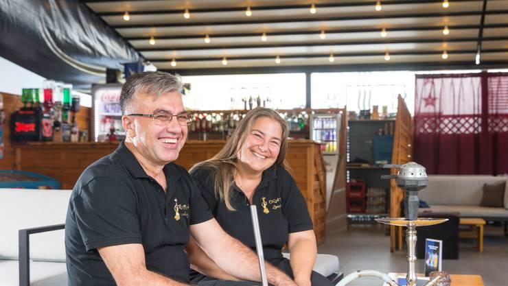 Monika Meier und Ahmed Yildirim sind stolz auf ihre neue Lounge.