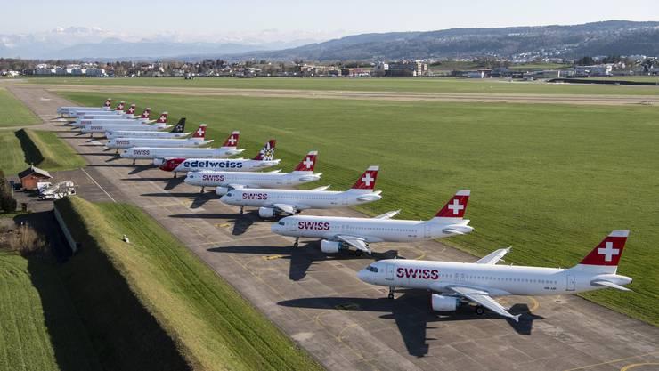 Die Swiss-Flotte steht derzeit mehrheitlich still, so wie hier auf dem Flugplatz Dübendorf.