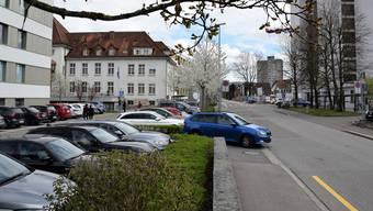 An der Fröhlichstrasse 5 und 7 stehen Parkplätze zur Verfügung, wo die Autos 12 Stunden abgestellt werden können.