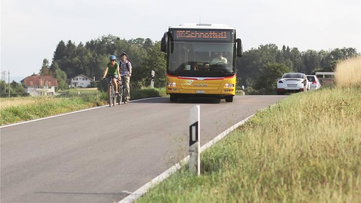 Kommt zum Beispiel ein Postauto, kann es eng werden für Velofahrer – wie hier für Simone Wyss und Jonas Kiener (r.) bei der Bismarck.