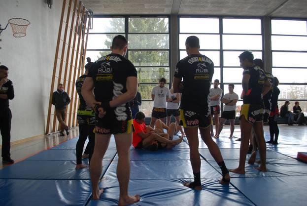 Gespannt verfolgen die Teilnehmer die Anweisungen von Weltklasse-Trainer Herve Gheldman (oranges T-Shirt).
