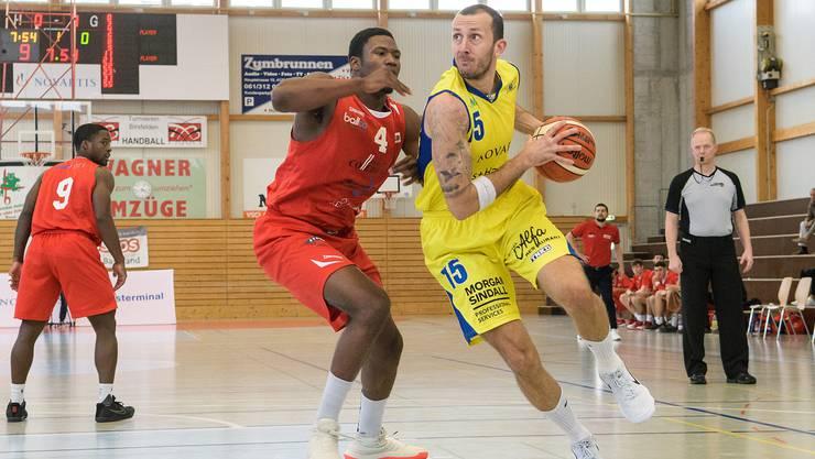 Starwings vs Swiss Central Basketball: Starwings 15 Nemanja Calasan (re) gegen Luzern 4 E. Thompson (li)