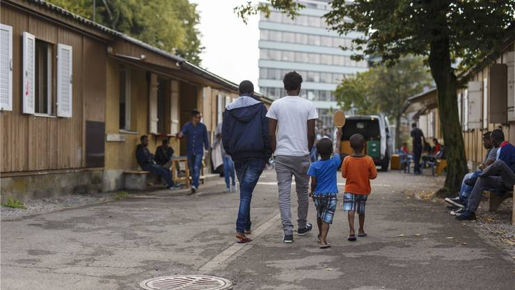 Flüchtlinge warten in einem Zentrum in Zürich auf den Asylentscheid. Geht es nach der JUSO, soll die Stadt gesamthaft 50'000 Flüchtlinge aufnehmen..