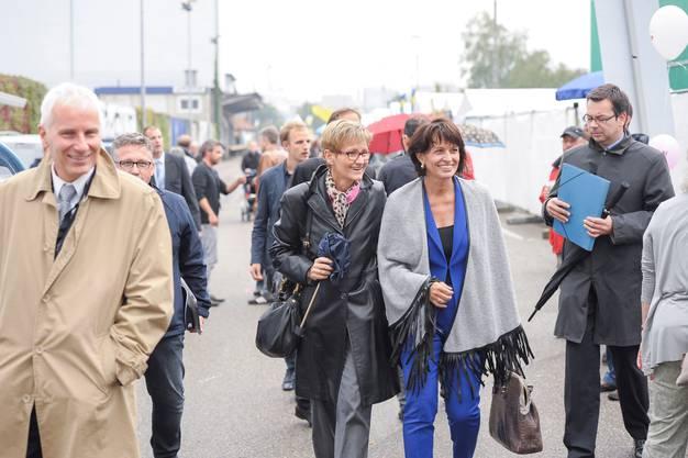 Sabine Pegoraro zeigt sich gerne mit Prominenten – so 2014 am Basler Hafenfest mit Bundesrätin Doris Leuthard. Rechts im Bild Pegoraros Ehemann Peter, der sich bei öffentlichen Auftritten seiner Frau stets vornehm zurückhält.