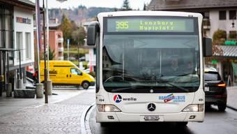 Regionalbus Lenzburg RBL fährt durch die Reussgasse in Seon
