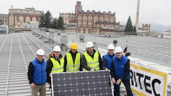 Das Team von Feldschlösschen zeigt voller Stolz das erste zu installierende Solarpanel. zvg