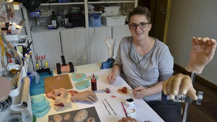 Das Gestalten von Moulagen macht Pascale Gautschi (47) sichtlich Freude, hier in ihrem Arbeitszimmer in Brugg.