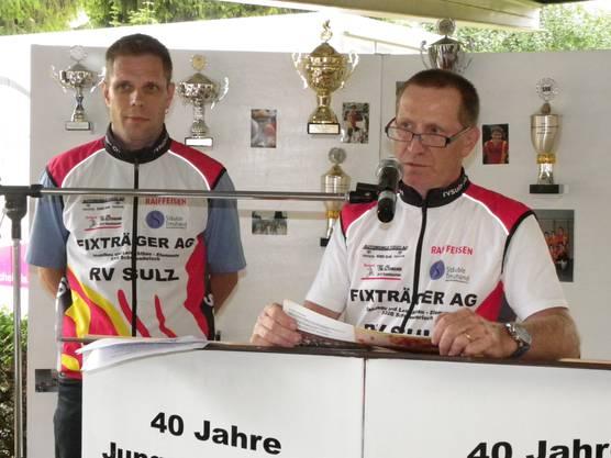 Oskar Schraner, Präsident des RV Sulz (rechts) und Roger Weiss, OK-Präsident des Jubiläumsanlasses, blätterten in der Chronik der Jungradler Sulz.
