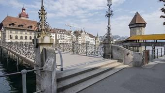 Eine leblose Person ist am Sonntag bei der Kapellbrücke in Luzern aus der Reuss geborgen worden. Die Ermittlungen laufen.