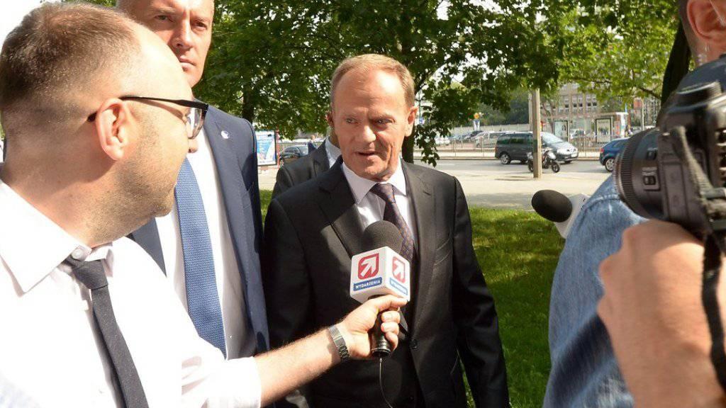Grosses Medieninteresse vor der Anhörung vor polnischen Staatsanwälten: EU-Ratspräsident und ehemaliger polnischer Ministerpräsident Donald Tusk sagte in Warschau als Zeuge zum Flugzeugunglück von Smolensk 2010 aus.