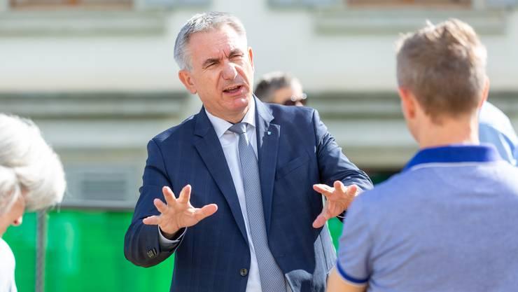 Regierungsrat Alex Hürzeler in eifriger Diskussion