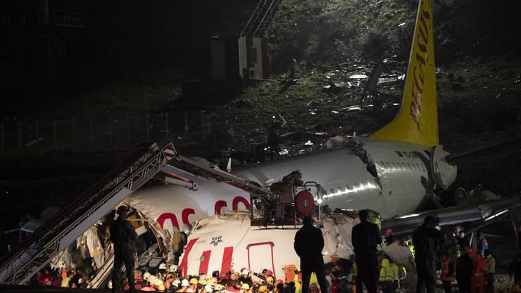 Mindestens drei Passagiere sind bei dem Flugzeugabsturz ums Leben gekommen.