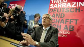 Für den Inhalt seines Buch «Deutschland schafft sich ab» kritisieren ihn Intellektuelle. Viele Deutsche aber begrüssen den «Klaretxt», den Sarrazin spricht.