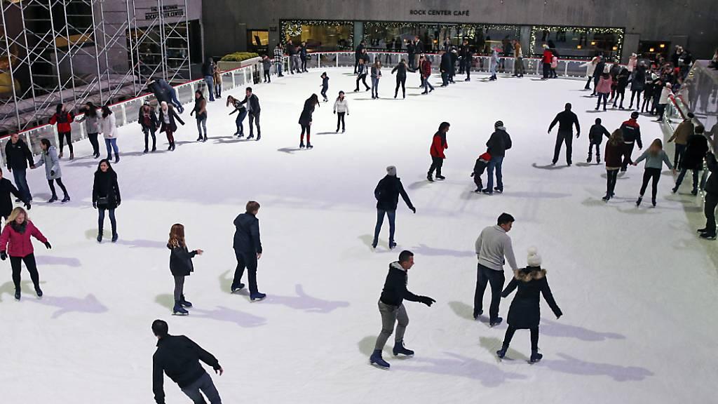 ARCHIV - Schlittschuhlaufen am Rockefeller Center in New York: Die weltberühmte Eislaufbahn hat ihren Saisonstart gefeiert. Foto: Kathy Willens/AP/dpa