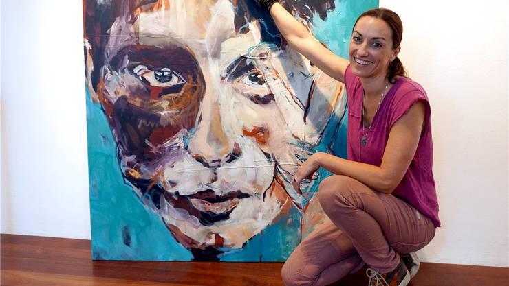 Hommage an Afrika: Malerin Chantal Hediger mit einem ihrer ausdrucksstarken Gemälde in Mischtechnik.
