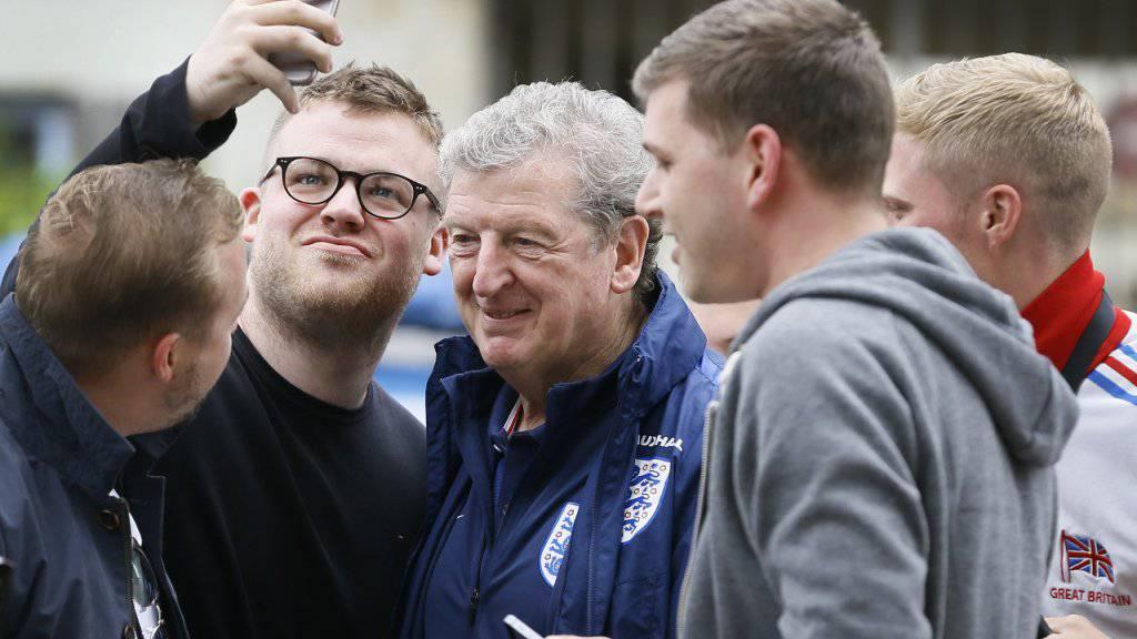 Englands Trainer Roy Hodgson inmitten zufriedener Fans