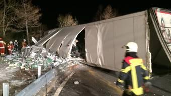 In einer Kurve gekippt: Lastwagenfahrer verliert Kontrolle auf der Simplonstrasse. (Bild Kantonspolizei VS)