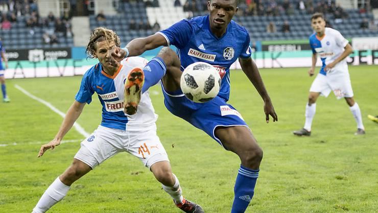 Luzern-Torschütze Blessing Eleke (vorne) schirmt den Ball vor GC-Lavanchy ab