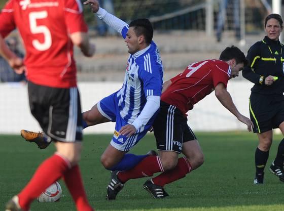 Der Grenchner Anto Franjic (L) im Kampf um den Ball gegen Muttenzer Robin Schuepbach (R)