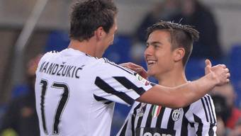 Mario Mandzukic (links) gratuliert Paulo Dybala zu dessen Treffer