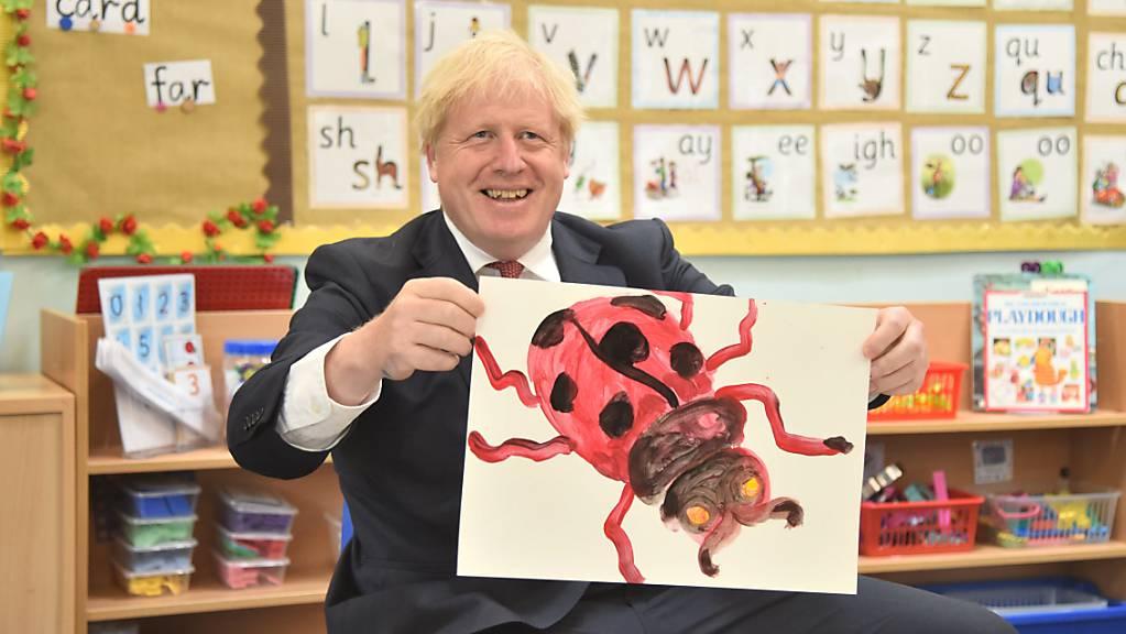ARCHIV - Premierminister Boris Johnson im vergangenen Monat beim Besuch einer Schule in der Grafschaft Kent. Foto: Jeremy Selwyn/Evening Standard/PA Wire/dpa